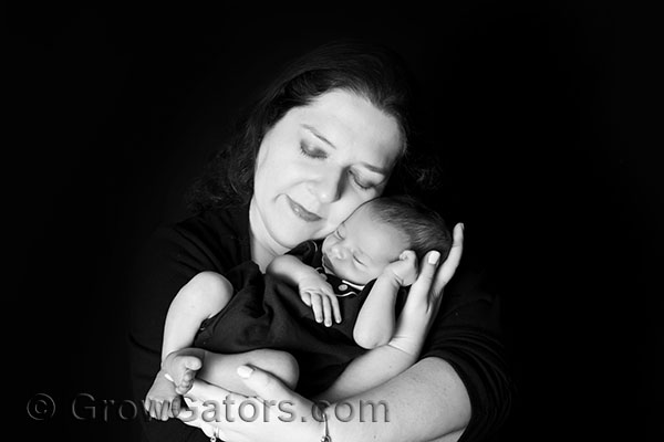newborn-mom-arms-lisa-lotter